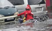 Sự thật sau ảnh 2 mẹ con ngã trên đường Sài Gòn ngập nước