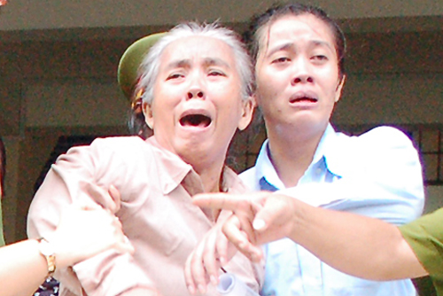 Giấu hơn 80.000 USD qua biên giới, mẹ con khóc ngất khi lĩnh án