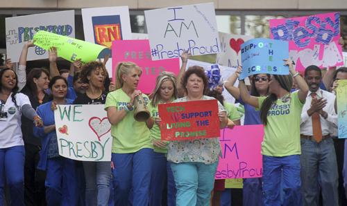 Các y tá bệnh việnTexas Health Presbyterian tổ chức tuần hành ủng hộ hai đồng nghiệp Nina Phạm và Amber Vinson hôm qua. Ảnh: Reuters
