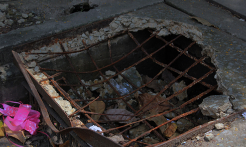 Miệng cống, hố ga thành bẫy 'tử thần' trên phố Sài Gòn