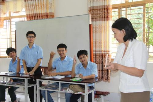 Cô Nguyễn Thị Hòa hơn 15 năm gắn bó với các em học sinh điếc để giúp các em được học cao hơn. Ảnh: Hoàng Trường