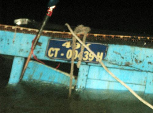 Tàu chở hàng chìm xuống sông. Ảnh: Cửu Long.