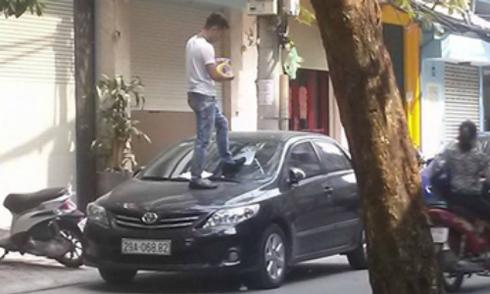 Nam thanh niên giẫm lên ôtô dán băng dính 'cấm đỗ xe'