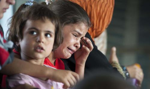 Các trẻ em hoảng sợ khi được quân đội Iraq đưalên máy bay để chạy trốn phiến quân ISởAmerli, phía bắcBaghdad hồi tháng 8. Ảnh: Reuters