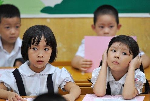 Học sinh lớp 1 sợ đến trường, phụ huynh than kiến thức quá tải