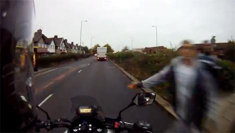 Đi bộ qua đường giang tay đánh người đi môtô