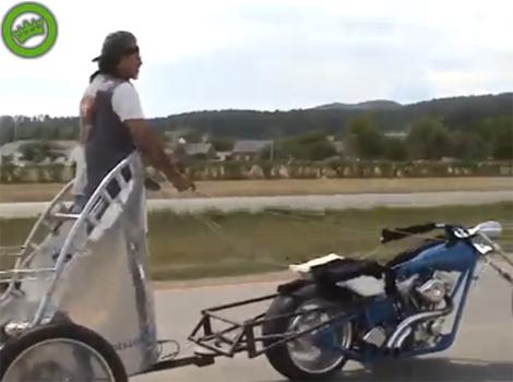 Chạy môtô kiểu có một không hai