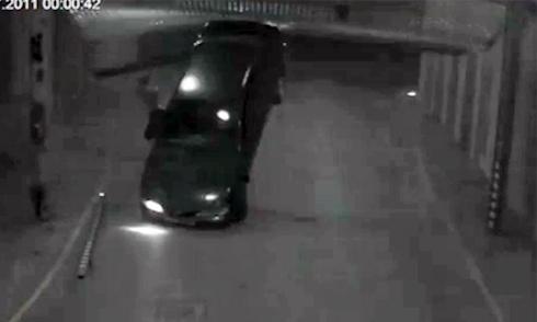 Cô gái ngăn tài xế điên cuồng lao xe vào cổng