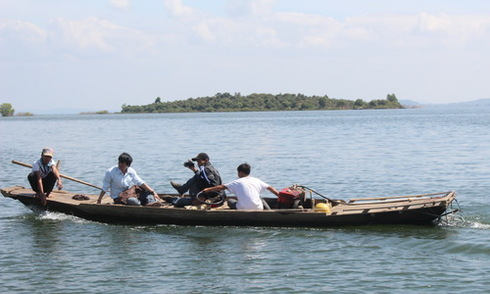 Truy tìm cá sấu trên lòng hồ Trị An