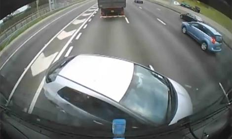 Xe tải ủn Honda Civic cả trăm mét