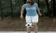 Ảnh động: Khi con gái tâng bóng