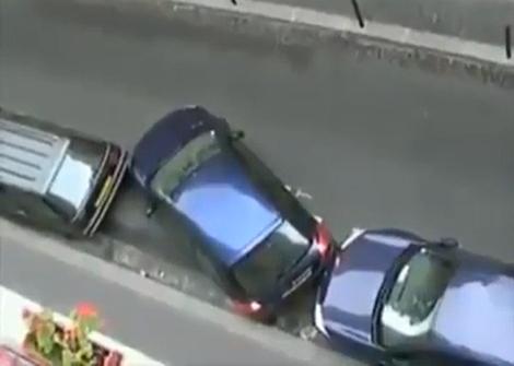 Ủn xe khác để vào chỗ đỗ