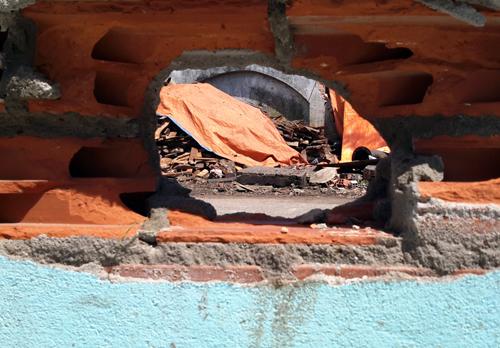 Tường bị thủng một lỗ sau tiếng nổ lớn. Ảnh: Châu Thành
