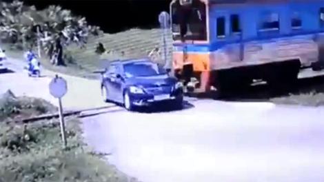 Ôtô vượt cố đường tàu, 2 người mất mạng