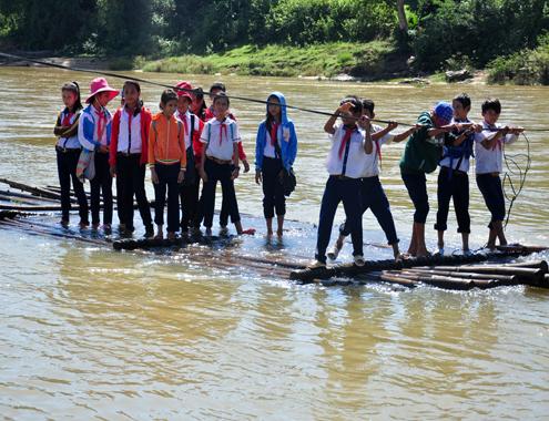 Học sinh chen chúc đu dây kéo bè vượt dòng nước xiết