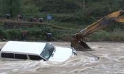 Thoát hiểm nước lũ trong gang tấc nhờ máy xúc