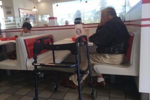 Người đàn ông ăn tối với di ảnh của vợ gây sốt cộng đồng