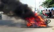 Xe máy cháy ngùn ngụt trên xa lộ