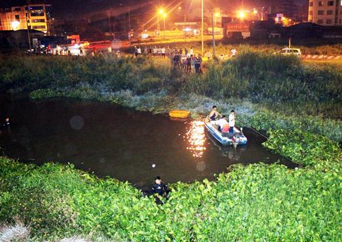 Cảnh sát cứu hộ- cứu nạn lặn tìm tên cướp còn lại. Ảnh: Châu Thành