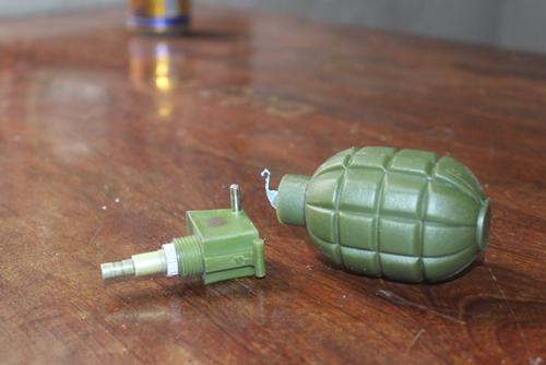 Lựu đạn đồ chơi phát nổ, 2 anh em nhập viện