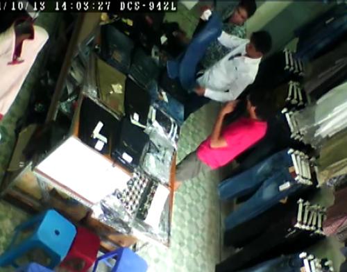 1 1139 1414813680 Cặp đôi sành điệu trộm quần jean trong shop Hà Nội