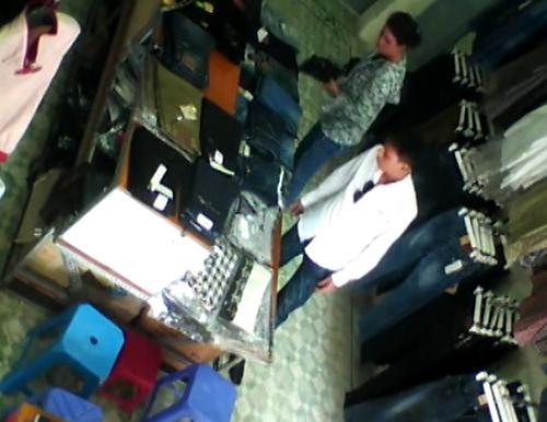 2 4760 1414813680 Cặp đôi sành điệu trộm quần jean trong shop Hà Nội