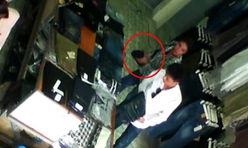 Cặp đôi sành điệu trộm quần jean trong shop Hà Nội
