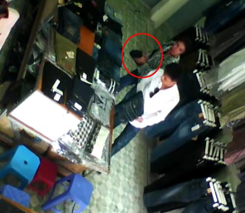 3 5286 1414813680 Cặp đôi sành điệu trộm quần jean trong shop Hà Nội