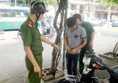 Cảnh sát truy quét người nghiện tại trung tâm Sài Gòn