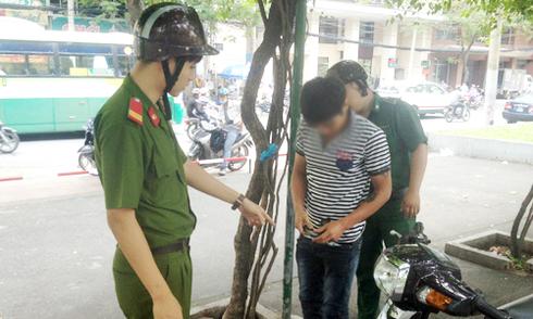 Cảnh sát truy quét người nghiện 'xin đểu' tại trung tâm Sài Gòn