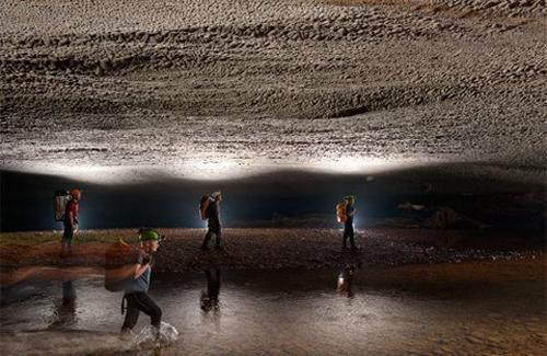 Các nhà thám hiểm đi trong hang Én. Con sông ngầm chảy qua đây rồi ra hang Sơn Đoòng. Ảnh: NatGeo.