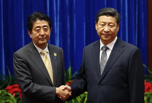 Thủ tướng Nhật Bản Shinzo Abe (trái) bắt tay Chủ tịch Trung Quốc Tập Cận Bình trong cuộc gặp tại Đại lễ đường Nhân dân Bắc Kinh. Ảnh: Reuters.