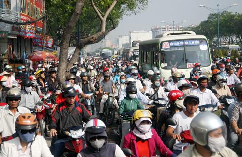 Hơn 3 km đường trên đường Trường Chinh xảy ra tình trạng kẹt nghiệm trọng. Bên cạnh đó, các tuyến đường dẫn vào tuyến đường này như Phan Huy Ích, Phạm Văn Bạch, Tây Thạnh, Chế Lan Viên&. Cũng xảy ra tình trạng giao thông ùn tắc. Hàng ngàn phương tiện phải chen chúc nhau di chuyển rất khó khăn.