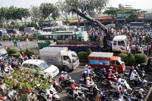 Nạn nhân nằm kẹt cứng dưới bánh xe buýt nên các cơ quan chức năng phải điều xe cẩu đến. Đến 8h30, thi thể nạn nhân được kéo ra khi xe buýt được nhấc lên.