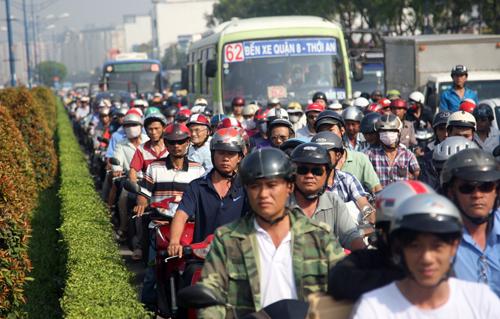 Trước việc giao thông rối loạn, cảnh sát giao thông đã cho phép xe từ hướng An Sương về Cộng Hòa được phép chạy vào chiều ngược lại nhưng cũng không tránh khỏi ùn tắc.