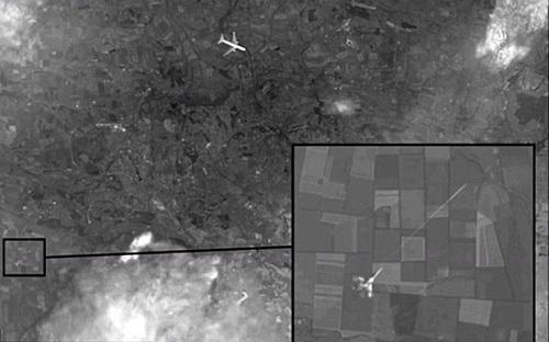 Hình ảnh vệ tinh cho thấy chiếc Boeing của hãng hàng không Malaysia Airlines mang số hiệu MH17 bị một chiến đấu cơ bắn hạ ở miền đông Ukraine.