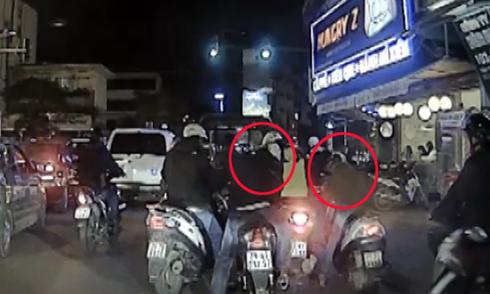 Video 3 thanh niên bao vây cô gái trên phố Hà Nội hot nhất cộng đồng