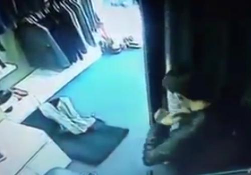 h 6770 1416306608 Shop Hà Nội đặt camera trong phòng thay đồ quay khách ăn trộm áo