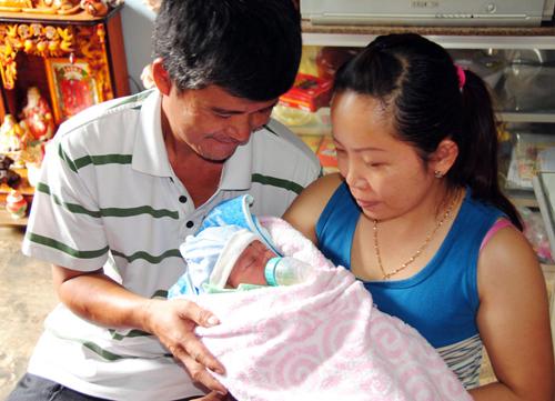 Cứu bé gái sơ sinh tím tái trong rẫy cà phê