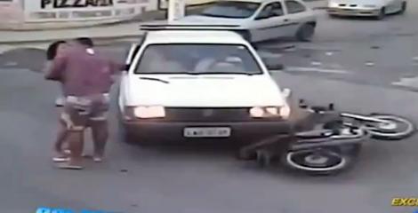 Hôn bạn gái giữa đường sau tai nạn