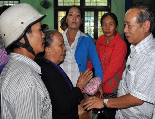 Người dân xã Hành Dũng, huyện Nghĩa Hành bày tỏ bức xúc với quyền Bí thư Tỉnh ủy Quảng Ngãi Nguyễn Minh về việc thu hồi đất tại địa phương. Ảnh: Trí Tín.