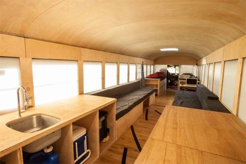 Xe buýt chở học sinh thành nhà di động