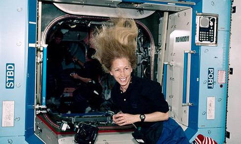 Nữ phi hành gia Mỹ tiết lộ cuộc sống trong vũ trụ