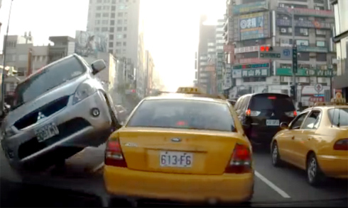 Nữ tài xế lái xe chồm lên ôtô ngược chiều