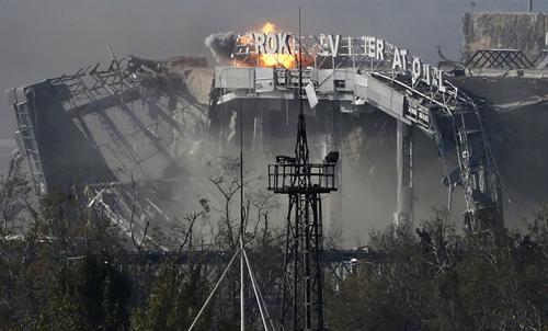 Nhà đón khách chính của sân bay Donetsk bị trúng đạn pháo trong giao tranh giữa phe ly khai và quân đội Ukraine hồi tháng 10. Ảnh: AP.
