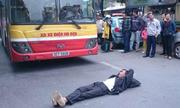 Người đàn ông nằm ngang đường chặn đầu xe buýt Hà Nội