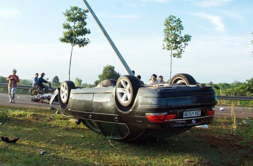 Nhóm công an tuần tra đêm bị ôtô BMW hất tung, 2 người chết
