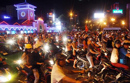 21h, sau trận tuyển Việt Nam đánh bại Malaysia 2-1 tại sân khách, hàng trăm bân trẻ chạy xe máy đổ về khu trung tâm chợ Bến Thành ăn mừng chiến thắng.
