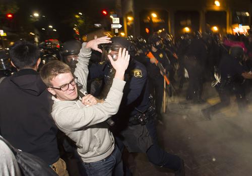 Cảnh sát đụng độ với người biểu tình ởBerkeley, California. Ảnh: Reuters