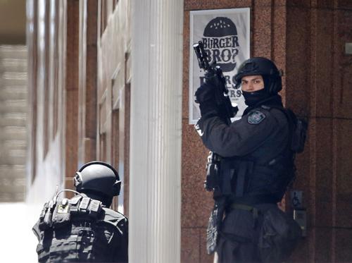 Cảnh sát chốt ở một góc phố gần quán cà phêLindt. Ảnh: Reuters